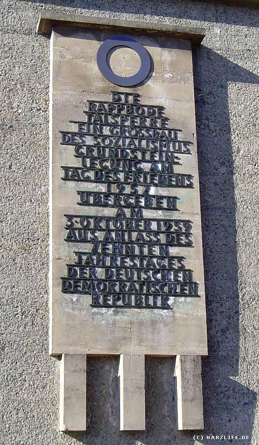 Inschrift an der Rappbodetalsperre aus einer anderen Zeit - Die Rappbodetalsperre als ein Großbau des Sozialismus