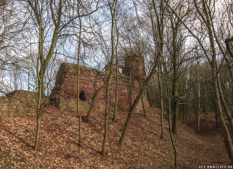 Burgruine Bornstedt - Die Burgmauer der Vorburg