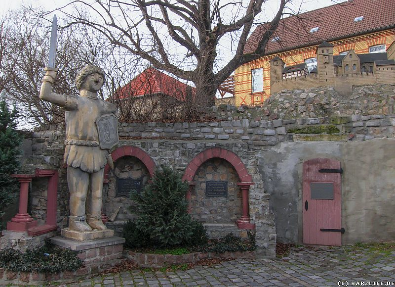 Gerbstedt - Rolandfigur und historisches Mauerwerk