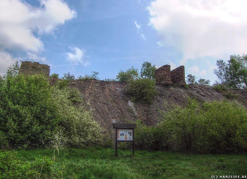 Ruinen des ehemaligen Bergwerks auf der Zirkelschachthalde