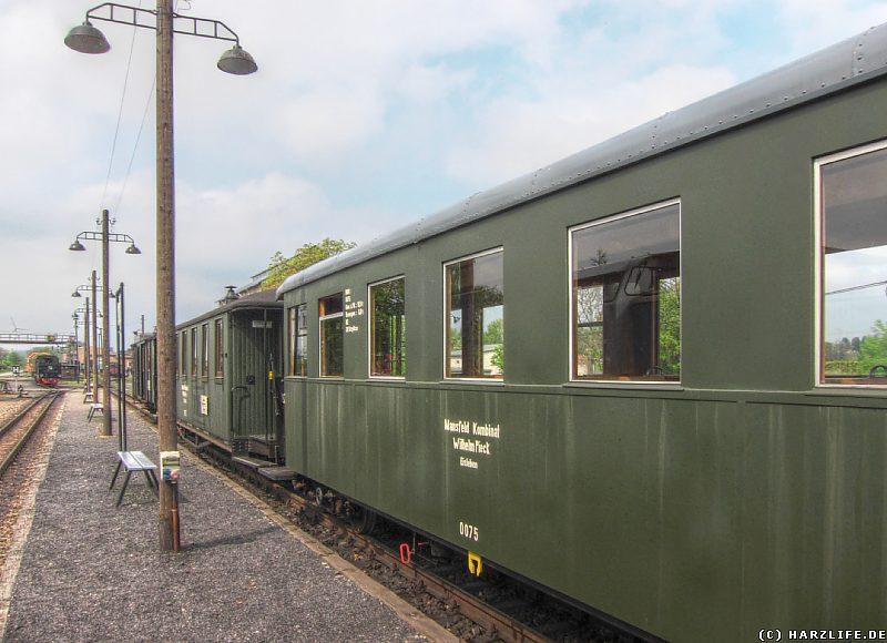Personenzug auf dem Bahnhof Benndorf