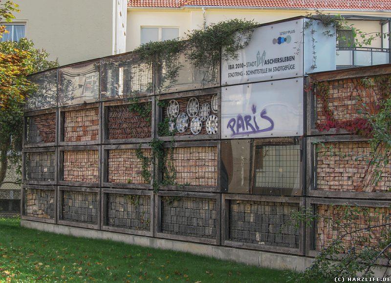 Recyclingwand - provokatives Kunstwerk mit praktischer Funktionalität