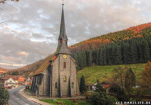 Die mit Schiefer verkleidete Holzkirche