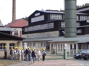 Besuchergruppe vor dem Betriebsgelände des ehemaligen Bergwerks Rammelsberg