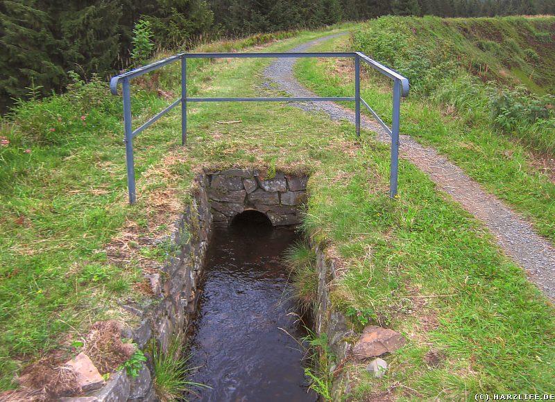 Die Rohrleitung über den Sperberhaier Damm