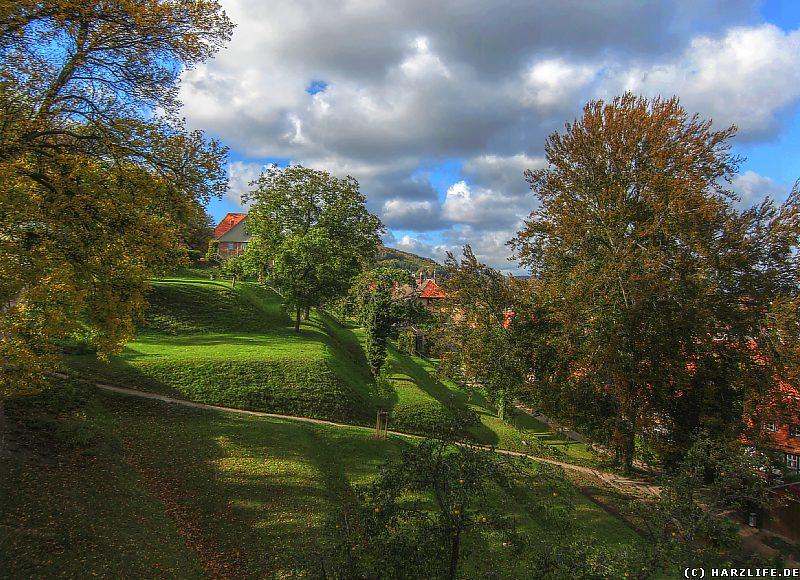 Blick vom Aussichtsturm an der Blankenburger Stadtmauer auf die Terrassen des Berggartens