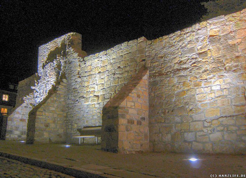 Die Blankenburger Stadtmauer bei Nacht