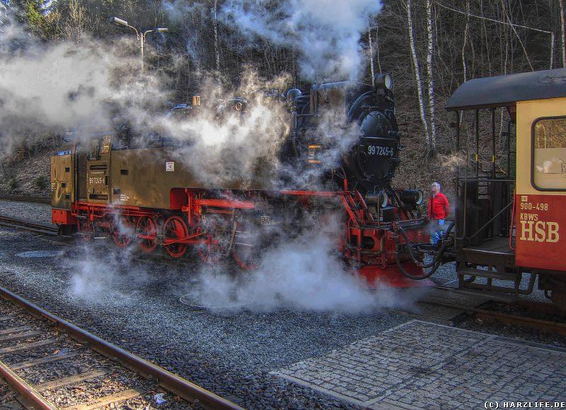 Eine Dampflok mit Dampfwolken im Bahnhof Eisfelder Talmühle