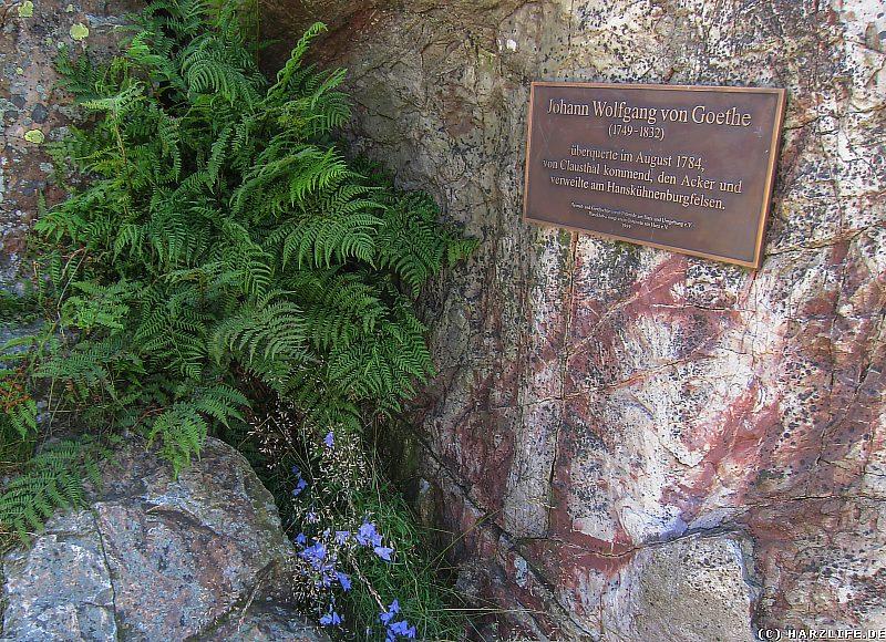 Die Goethe-Gedenktafel am Hanskühnenburgfelsen im Harz