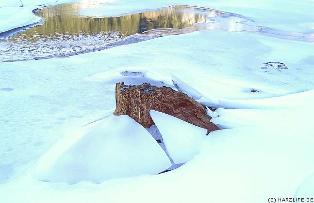 Eis auf dem Stausee der Überleitungssperre Königshütte
