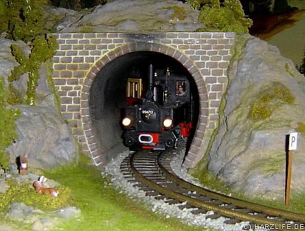 Die Harzquerbahn verläßt den Tunnel