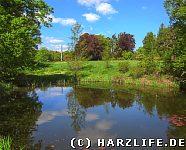 Landschaftspark mit Teich und Obelisk