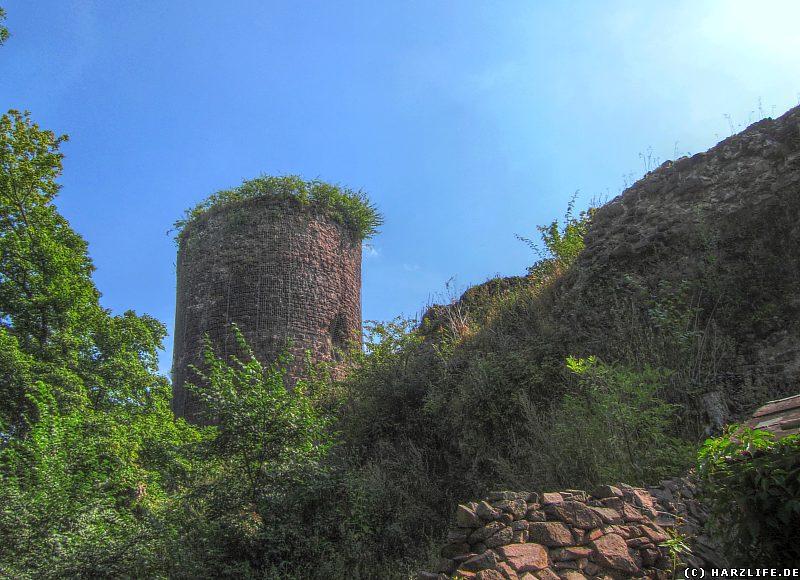 Blick vom äußeren Tor auf die Westseite der Burgruine Ebersburg